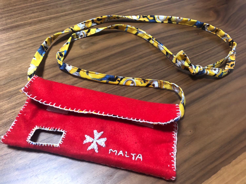 iPhone X用カード入れ付き肩掛けケースの作り方〜フェルト生地と刺繍糸で大好きなマルタ柄を手作り〜