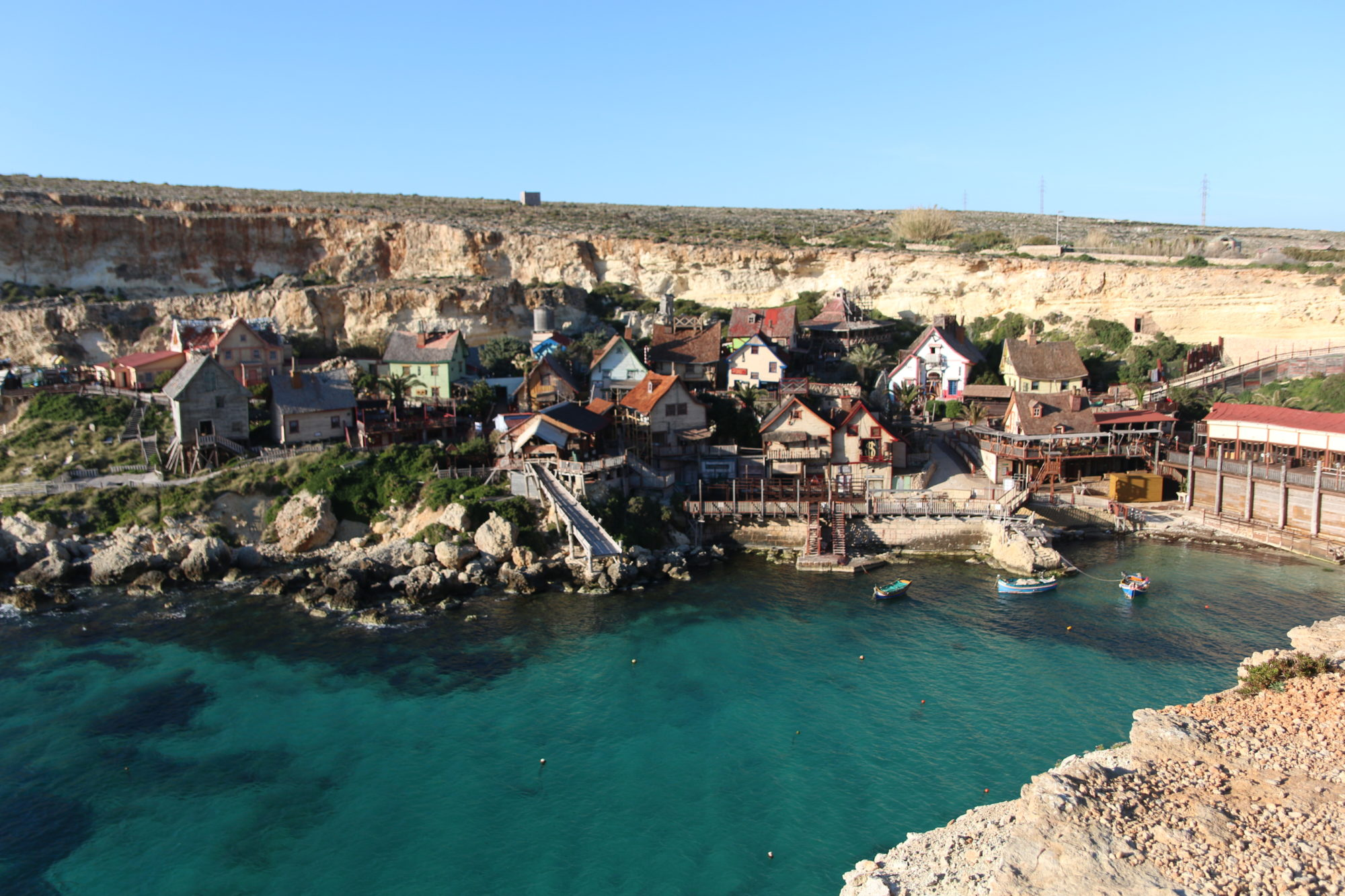 マルタ島北西部にある映画『ポパイ』の撮影地アミューズメントパークにもなっているポパイビレッジにゴゾ島の帰りにレンタカーで行く〜対岸からかわいい景色を眺める〜