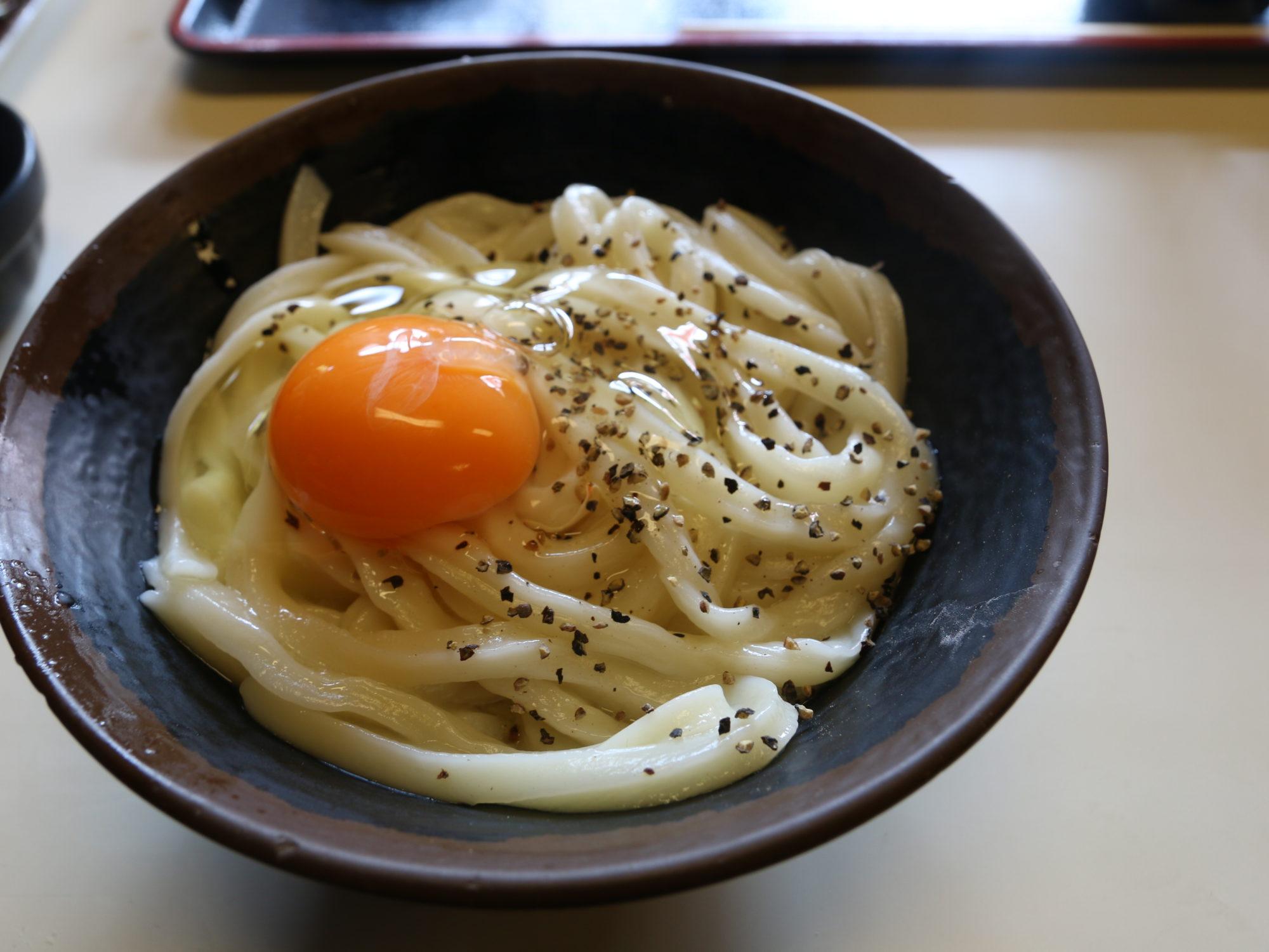 """日曜の朝9時に香川・高松にある、『手打ち十段うどんバカ一代』でカルボナーラのような""""釜バターうどん""""をいただく"""