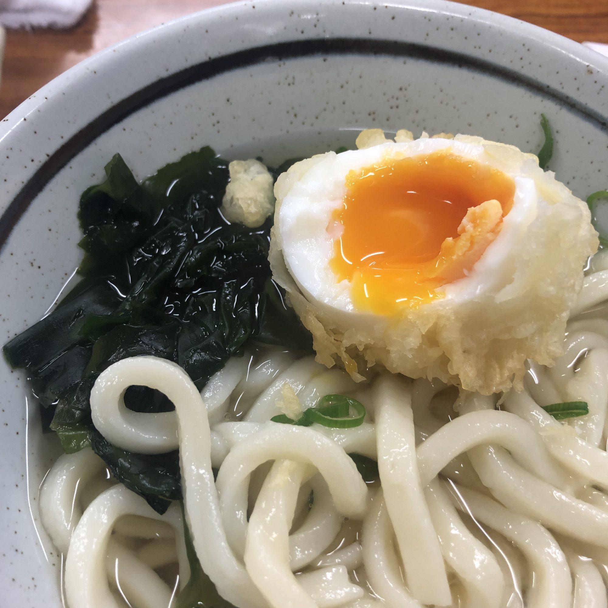 """高松駅から徒歩30分!また行きたくなる、香川で人気のうどんやさん""""竹清""""でゆでたまごの天ぷらとうどんを日曜日にオープンと同時に行って満喫する"""