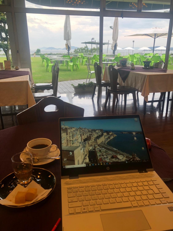 こんな働き方いいな。海の見えるカフェで仕事