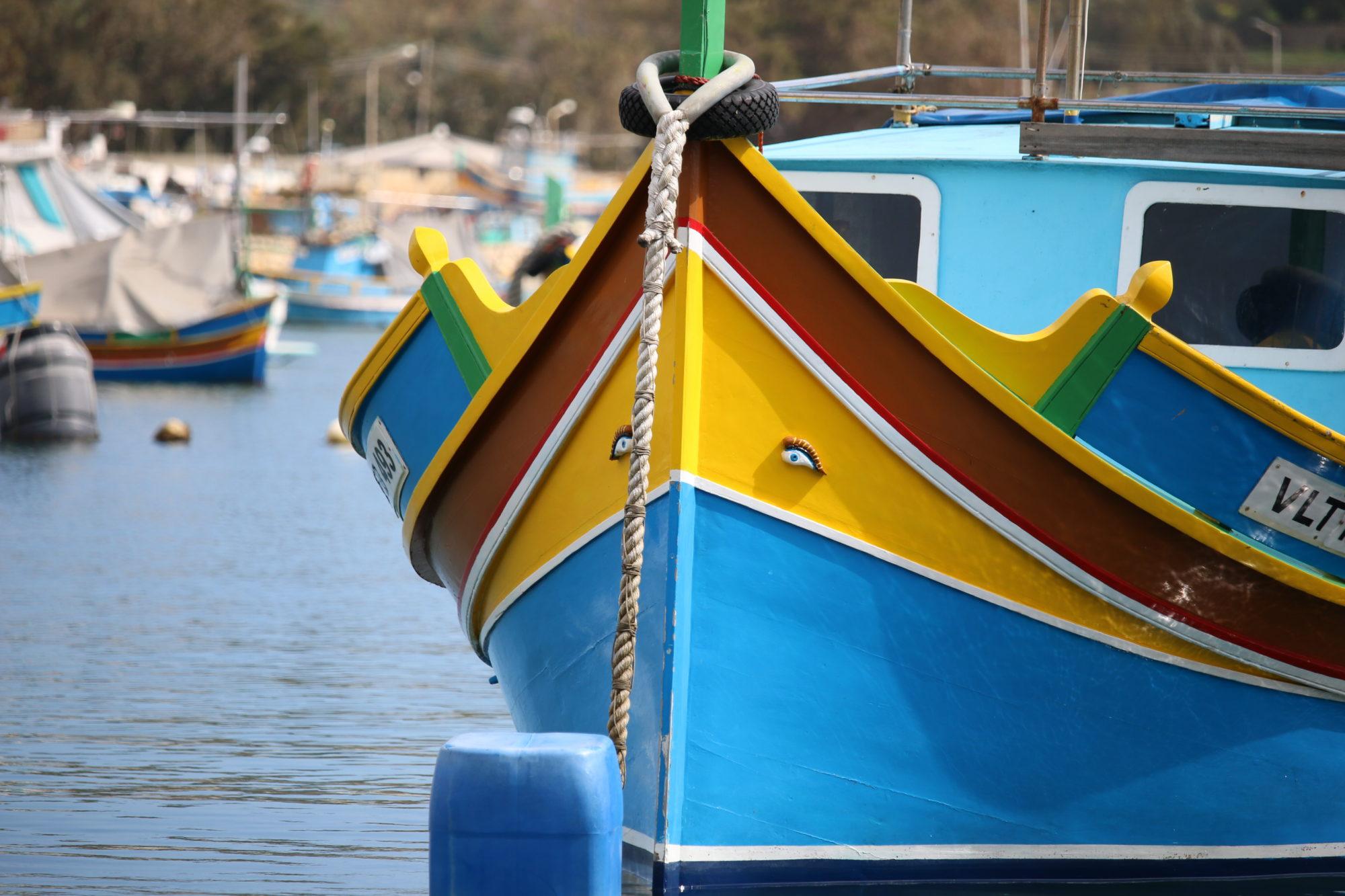 マルタ/マルサシュロックの漁村の朝市を楽しむ
