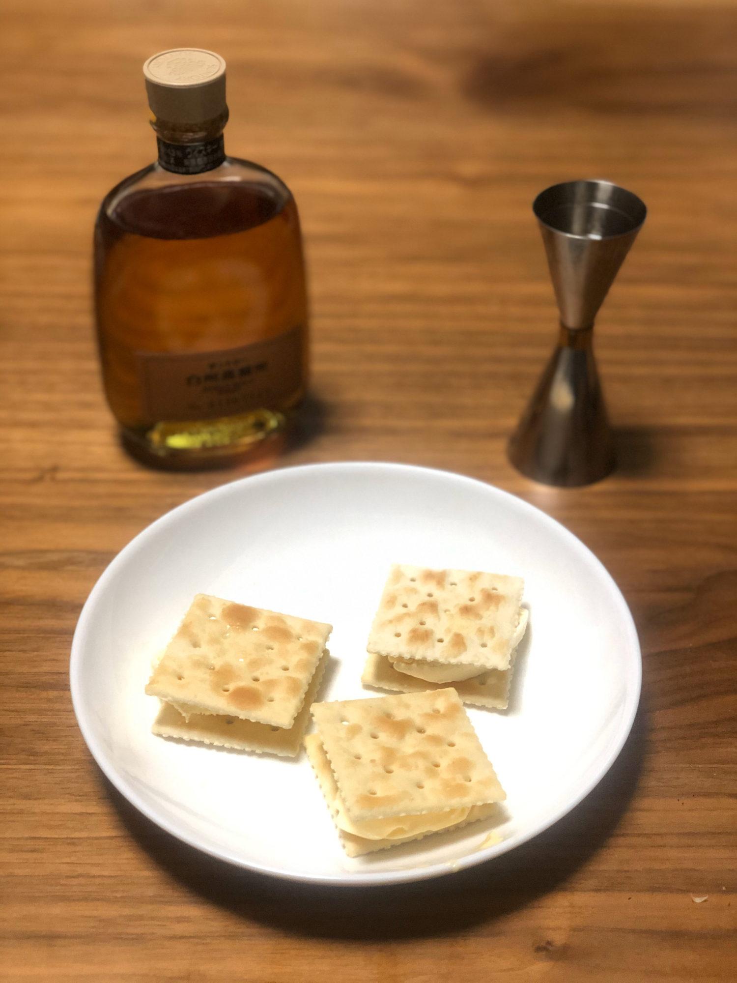 山崎/白州蒸留所限定ウィスキーとバニラアイスをデザートで!クラッカーとの相性抜群